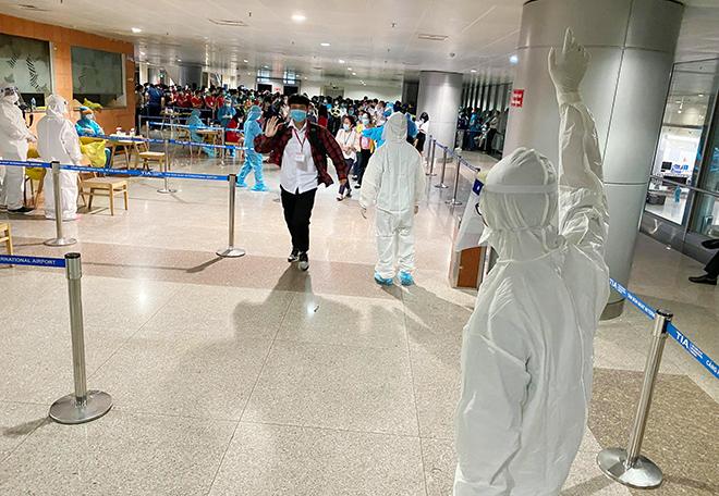 Đang lấy mẫu xét nghiệm 1.000 nhân viên sân bay Tân Sơn Nhất - hình ảnh 2