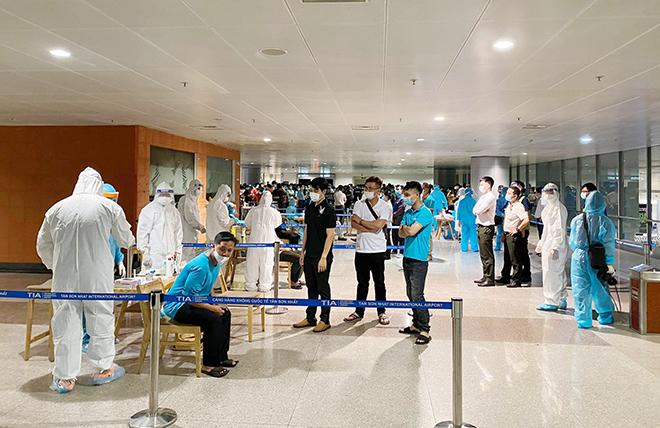 Đang lấy mẫu xét nghiệm 1.000 nhân viên sân bay Tân Sơn Nhất - hình ảnh 3