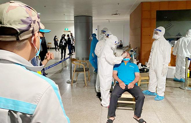 Đang lấy mẫu xét nghiệm 1.000 nhân viên sân bay Tân Sơn Nhất - hình ảnh 4