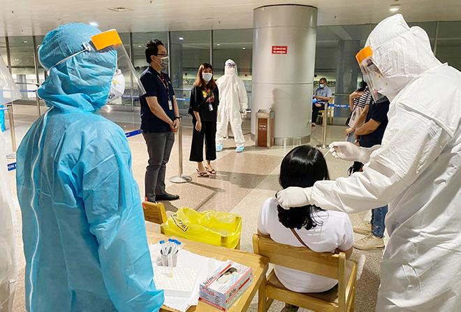 Đang lấy mẫu xét nghiệm 1.000 nhân viên sân bay Tân Sơn Nhất - hình ảnh 5