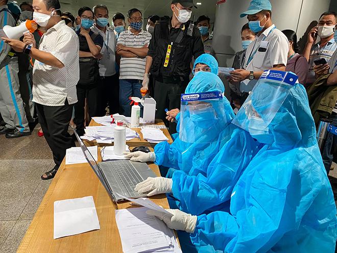 Đang lấy mẫu xét nghiệm 1.000 nhân viên sân bay Tân Sơn Nhất - hình ảnh 8