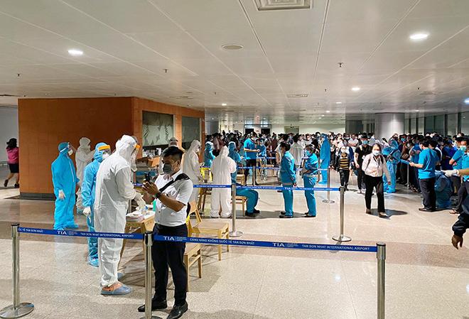 Đang lấy mẫu xét nghiệm 1.000 nhân viên sân bay Tân Sơn Nhất - hình ảnh 9
