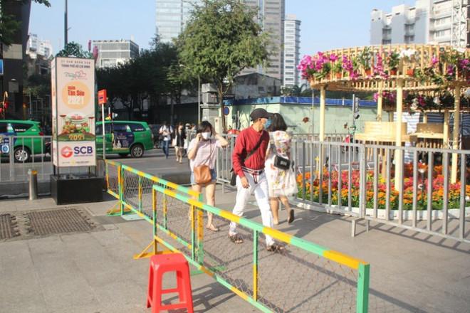 Đường hoa Nguyễn Huệ mở cửa đón khách từ sáng 10/2, yêu cầu không bỏ khẩu trang chụp hình, selfie - 4