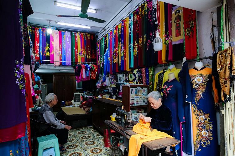 Gia đình 4 đời may áo dài ở phố Cổ: Từ chân máy khâu rỉ sét đến thương hiệu nổi danh Hà thành - 2