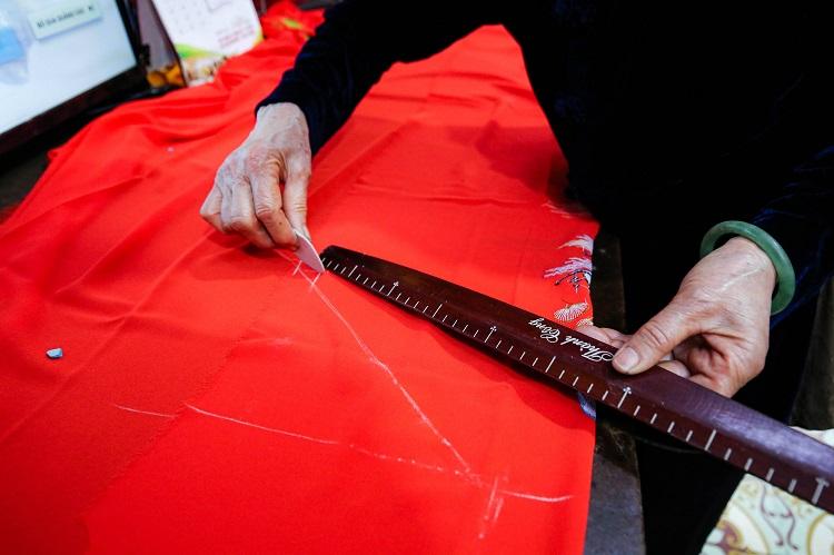 Gia đình 4 đời may áo dài ở phố Cổ: Từ chân máy khâu rỉ sét đến thương hiệu nổi danh Hà thành - 3