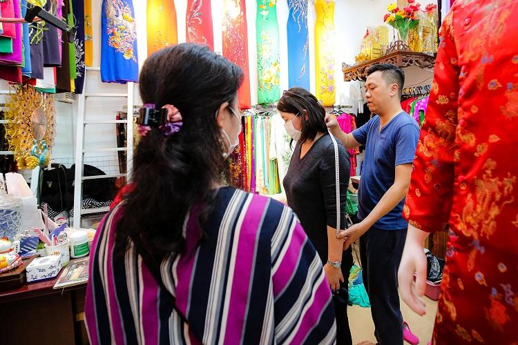 Gia đình 4 đời may áo dài ở phố Cổ: Từ chân máy khâu rỉ sét đến thương hiệu nổi danh Hà thành - 7