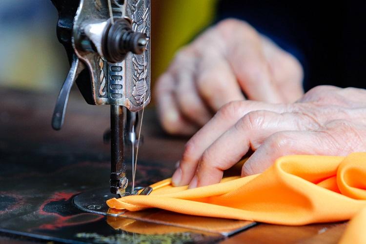Gia đình 4 đời may áo dài ở phố Cổ: Từ chân máy khâu rỉ sét đến thương hiệu nổi danh Hà thành - 8