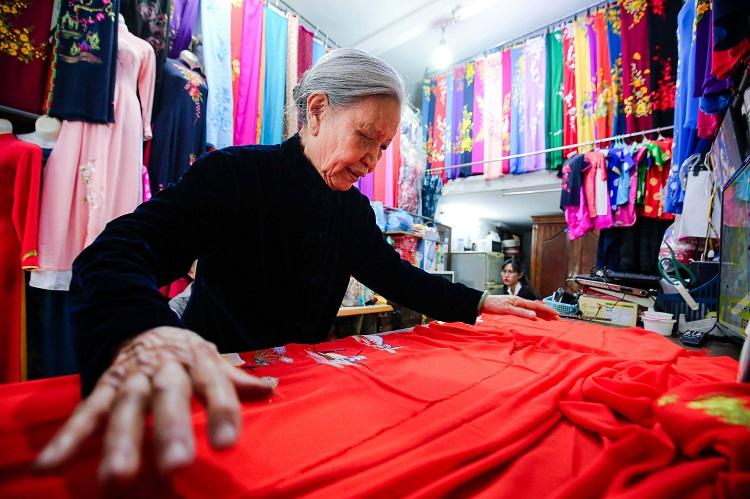 Gia đình 4 đời may áo dài ở phố Cổ: Từ chân máy khâu rỉ sét đến thương hiệu nổi danh Hà thành - 10