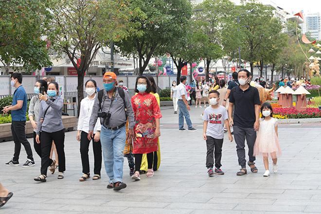 """Người dân xếp hàng đo thân nhiệt, đeo khẩu trang """"check in"""" đường hoa Tết Tân Sửu 2021 - hình ảnh 11"""