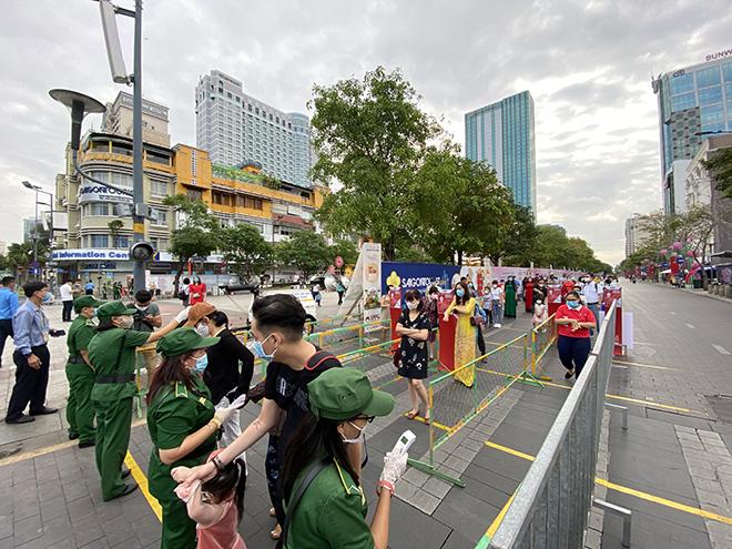 """Người dân xếp hàng đo thân nhiệt, đeo khẩu trang """"check in"""" đường hoa Tết Tân Sửu 2021 - hình ảnh 2"""