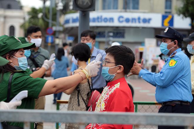 """Người dân xếp hàng đo thân nhiệt, đeo khẩu trang """"check in"""" đường hoa Tết Tân Sửu 2021 - hình ảnh 3"""