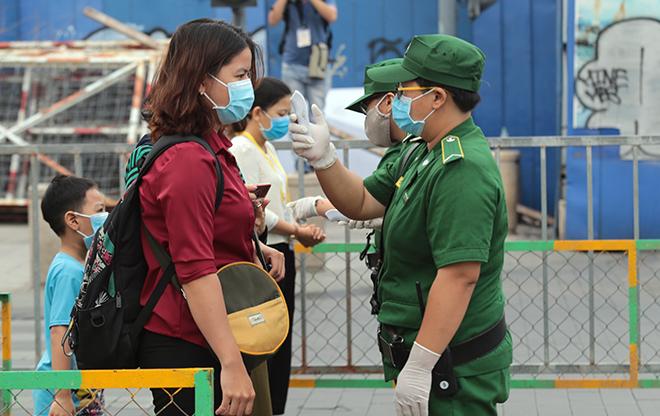 """Người dân xếp hàng đo thân nhiệt, đeo khẩu trang """"check in"""" đường hoa Tết Tân Sửu 2021 - hình ảnh 4"""
