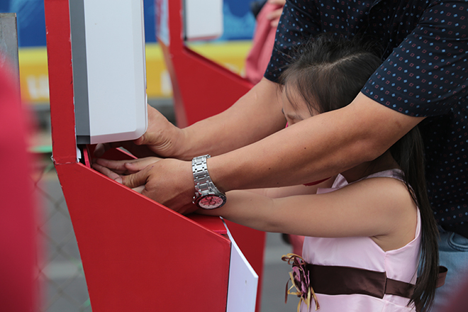 """Người dân xếp hàng đo thân nhiệt, đeo khẩu trang """"check in"""" đường hoa Tết Tân Sửu 2021 - hình ảnh 5"""