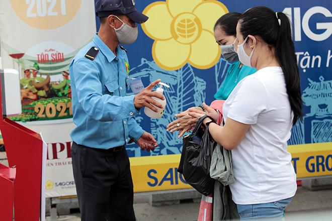 """Người dân xếp hàng đo thân nhiệt, đeo khẩu trang """"check in"""" đường hoa Tết Tân Sửu 2021 - hình ảnh 6"""