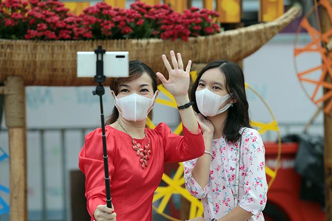 """Người dân xếp hàng đo thân nhiệt, đeo khẩu trang """"check in"""" đường hoa Tết Tân Sửu 2021 - hình ảnh 9"""