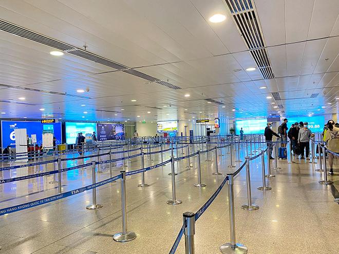 Hình ảnh bất ngờ ở sân bay Tân Sơn Nhất sáng 30 Tết - hình ảnh 1