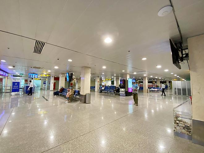 Hình ảnh bất ngờ ở sân bay Tân Sơn Nhất sáng 30 Tết - hình ảnh 10
