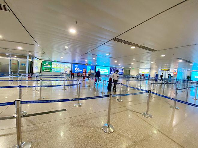 Hình ảnh bất ngờ ở sân bay Tân Sơn Nhất sáng 30 Tết - hình ảnh 11