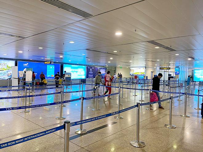 Hình ảnh bất ngờ ở sân bay Tân Sơn Nhất sáng 30 Tết - hình ảnh 12