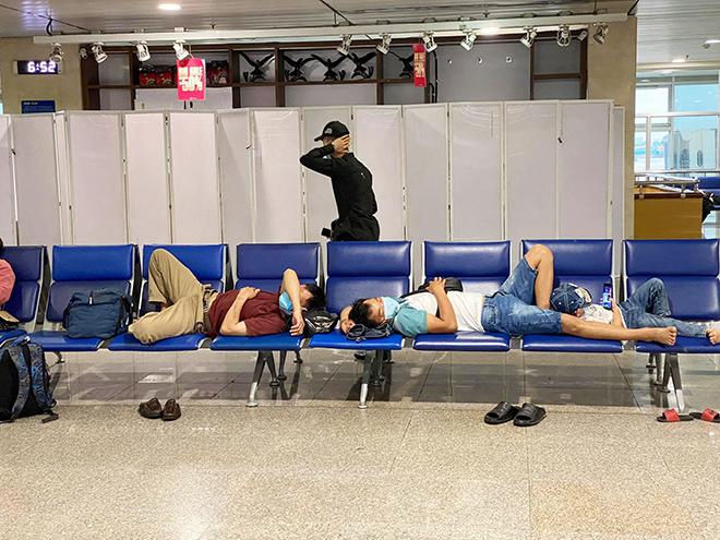 Hình ảnh bất ngờ ở sân bay Tân Sơn Nhất sáng 30 Tết - hình ảnh 2