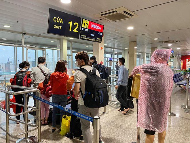 Hình ảnh bất ngờ ở sân bay Tân Sơn Nhất sáng 30 Tết - hình ảnh 3