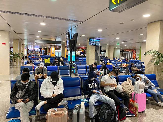 Hình ảnh bất ngờ ở sân bay Tân Sơn Nhất sáng 30 Tết - hình ảnh 5