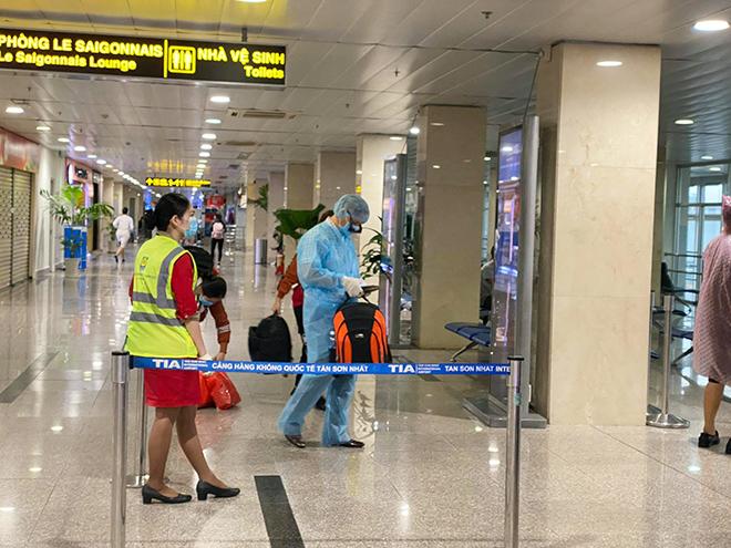 Hình ảnh bất ngờ ở sân bay Tân Sơn Nhất sáng 30 Tết - hình ảnh 6