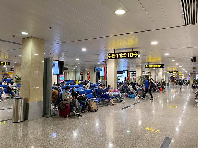 Hình ảnh bất ngờ ở sân bay Tân Sơn Nhất sáng 30 Tết - hình ảnh 7