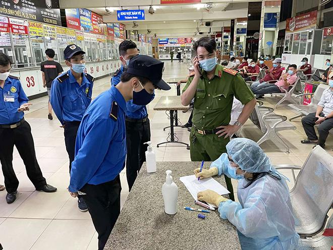 TP.HCM: Đang lấy mẫu xét nghiệm COVID-19 tất cả nhân viên và hành khách ở bến xe Miền Đông - hình ảnh 1