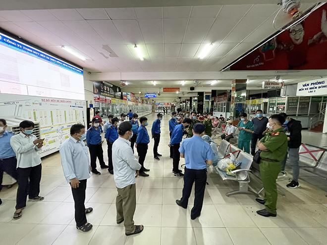 TP.HCM: Đang lấy mẫu xét nghiệm COVID-19 tất cả nhân viên và hành khách ở bến xe Miền Đông - hình ảnh 3