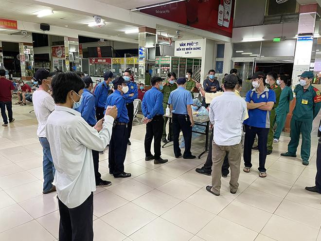 TP.HCM: Đang lấy mẫu xét nghiệm COVID-19 tất cả nhân viên và hành khách ở bến xe Miền Đông - hình ảnh 4