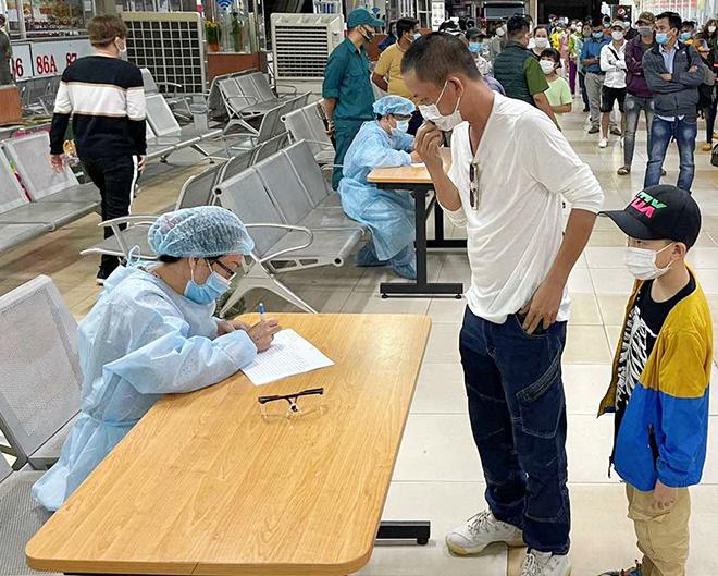 TP.HCM: Đang lấy mẫu xét nghiệm COVID-19 tất cả nhân viên và hành khách ở bến xe Miền Đông - hình ảnh 6