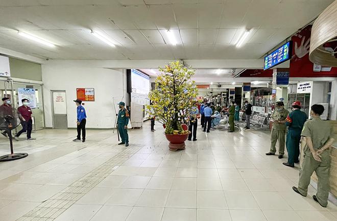 TP.HCM: Đang lấy mẫu xét nghiệm COVID-19 tất cả nhân viên và hành khách ở bến xe Miền Đông - hình ảnh 7