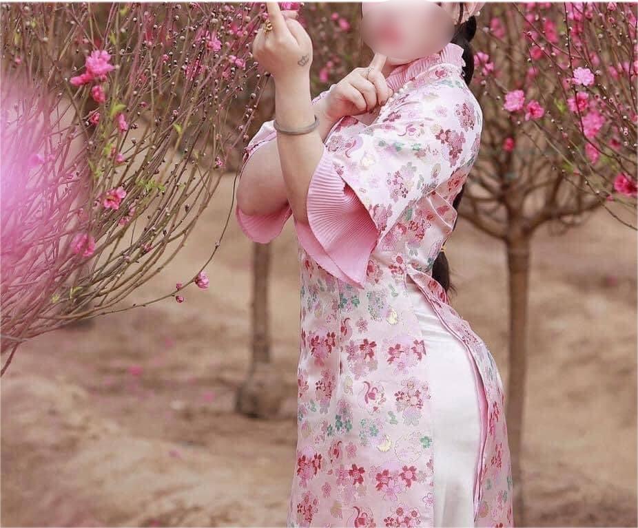 """""""Thiếu nữ bên hoa đào"""" mặc áo dài, tạo dáng uốn éo khiến người nhìn cũng muốn """"đau lưng"""" - hình ảnh 4"""