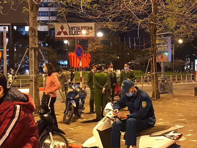 Người dân Thủ đô háo hức xem bắn pháo hoa đêm giao thừa - hình ảnh 1