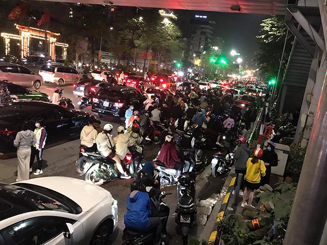 Người dân Thủ đô háo hức xem bắn pháo hoa đêm giao thừa - hình ảnh 2