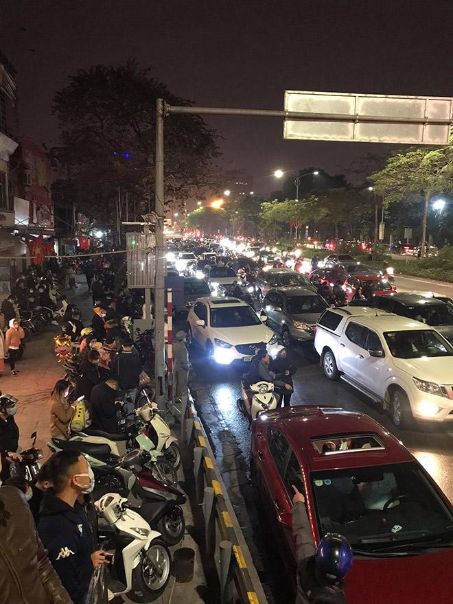 Người dân Thủ đô háo hức xem bắn pháo hoa đêm giao thừa - hình ảnh 3
