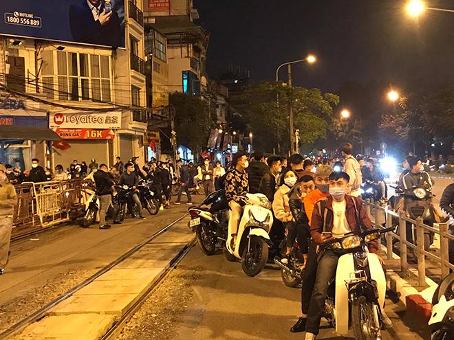 Người dân Thủ đô háo hức xem bắn pháo hoa đêm giao thừa - hình ảnh 6