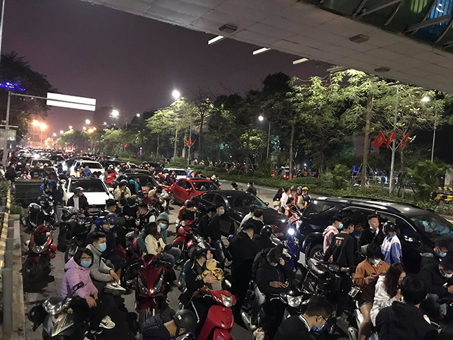 Người dân Thủ đô háo hức xem bắn pháo hoa đêm giao thừa - hình ảnh 4