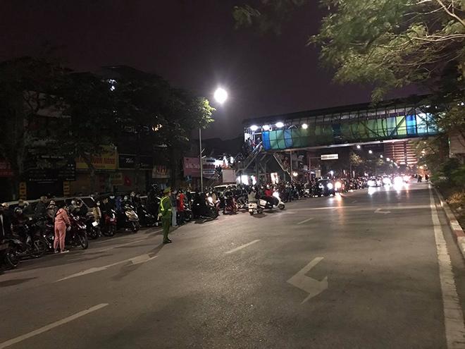 Người dân Thủ đô háo hức xem bắn pháo hoa đêm giao thừa - hình ảnh 7