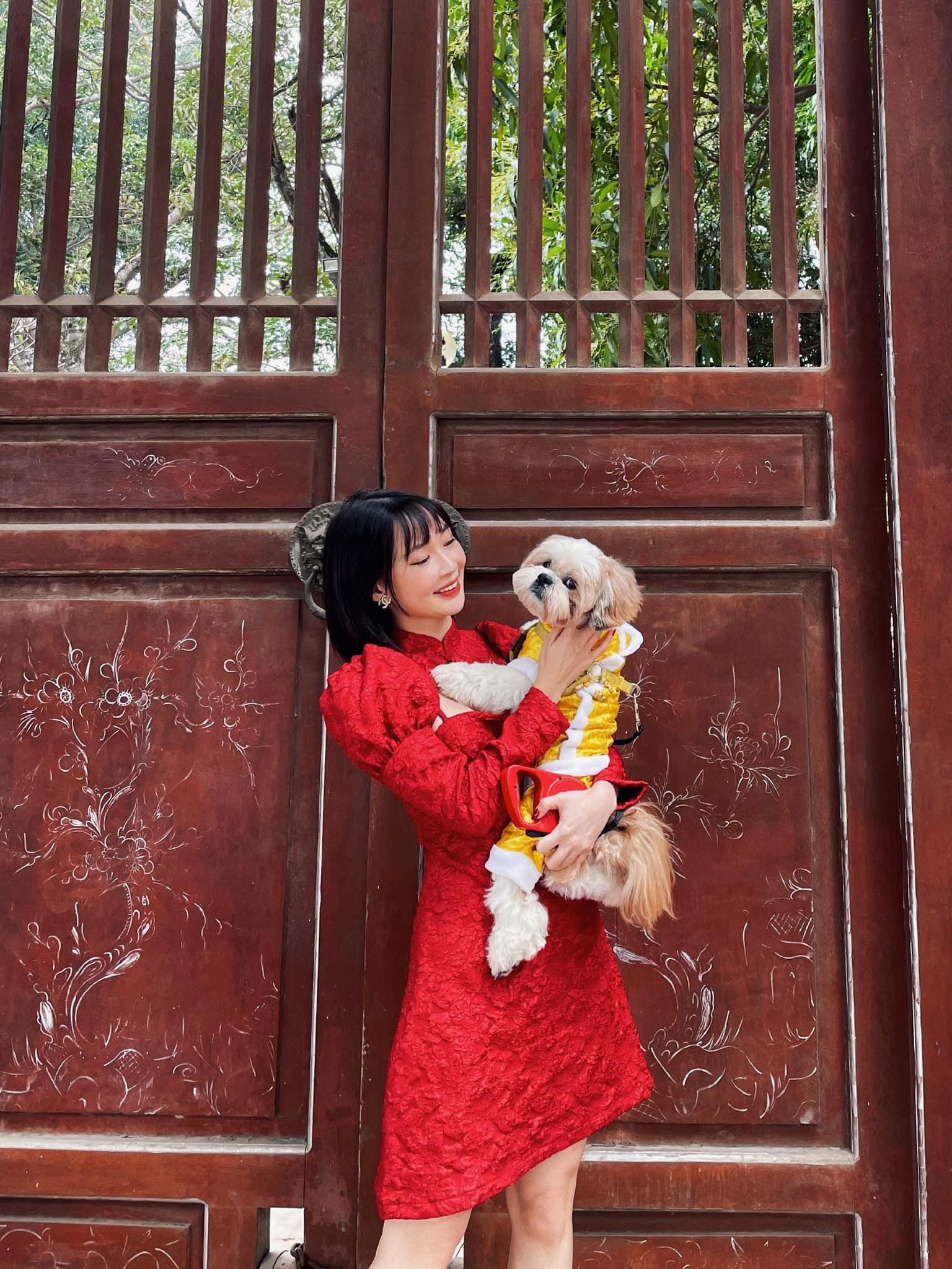 Đi chùa cầu may, hot girl Việt gây tranh cãi khi diện váy khoét ngực - hình ảnh 3