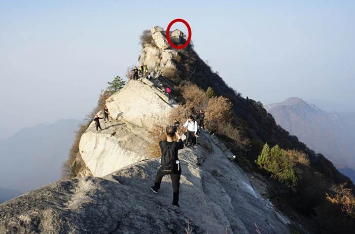 Ngôi đền cổ trên vách đá cao hàng ngàn mét, nơi nhà sư phải hứng nước mưa để uống - hình ảnh 1