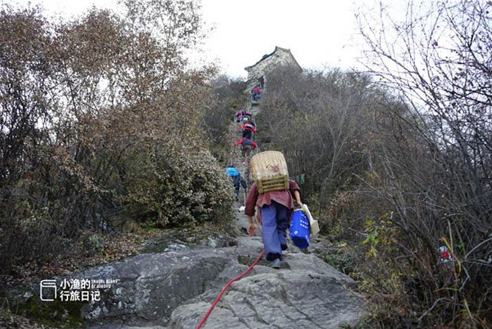 Ngôi đền cổ trên vách đá cao hàng ngàn mét, nơi nhà sư phải hứng nước mưa để uống - hình ảnh 3