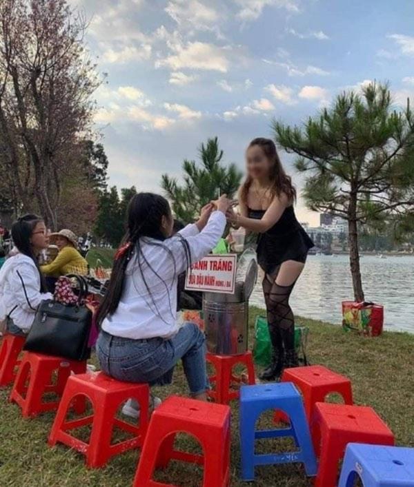 Cô chủ bánh tráng diện váy ngắn thu hút khách bất chấp thời tiết giá rét ở Đà Lạt - hình ảnh 3