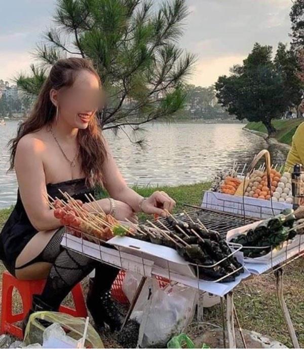 Cô chủ bánh tráng diện váy ngắn thu hút khách bất chấp thời tiết giá rét ở Đà Lạt - hình ảnh 1