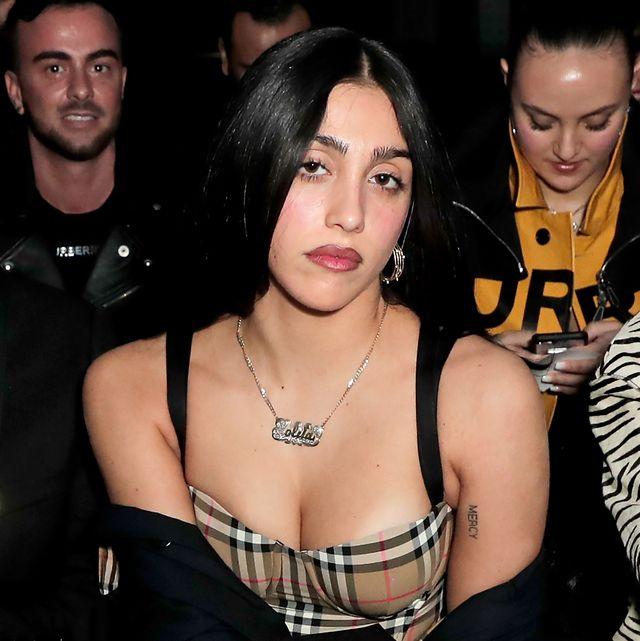 Sau show thời trang bị chê gợi dục, con gái Madona là biểu tượng sexy mới của làng mẫu?