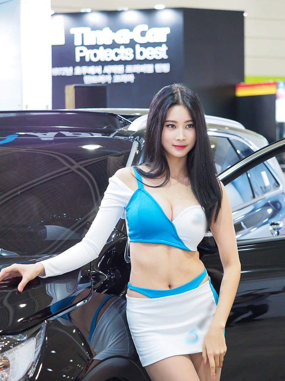 """Mẫu xe hơi Hàn Quốc nổi bật giữa chốn đông người nhờ bộ """"đồ bay"""" bóng lộn, xuyên thấu - hình ảnh 9"""