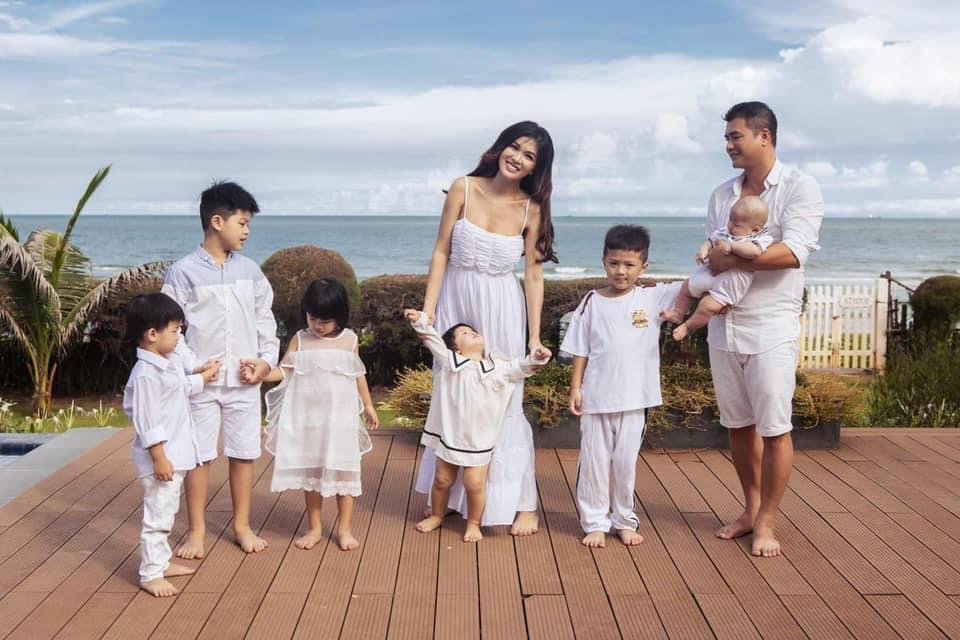 """4 """"nữ đại gia mê đẻ"""" nhất showbiz Việt: Vợ chủ tịch nóng bỏng khiến Tuấn Hưng không thể rời mắt - 9"""
