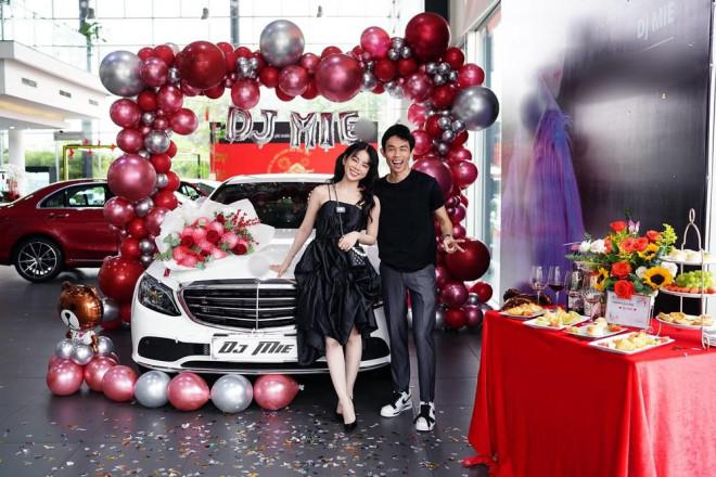 Bóc giá xế hộp Hồng Thanh nắm chặt tay DJ Mie đi nhận ngày đầu năm mới - 2