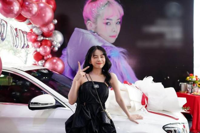 Bóc giá xế hộp Hồng Thanh nắm chặt tay DJ Mie đi nhận ngày đầu năm mới - 4